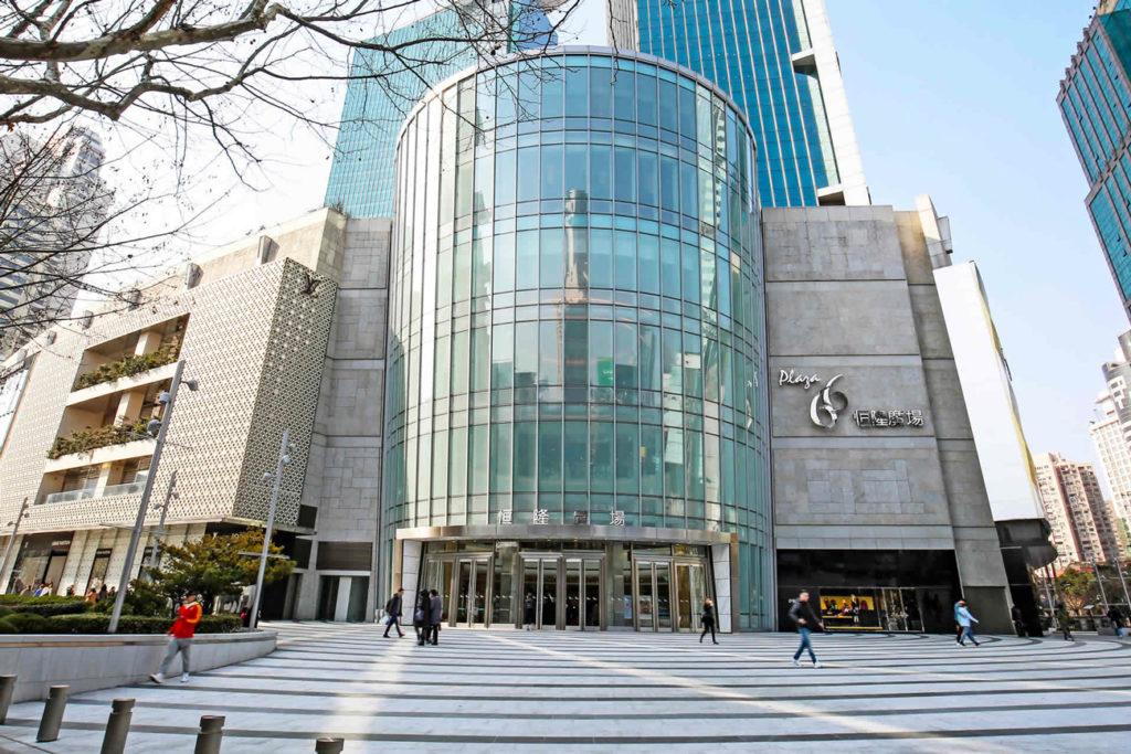 Situé à Shanghai, le Plaza 66 comprend deux batiment et un centre commercial réparti sur cinq niveaux et s'étendant sur 4 600 m²